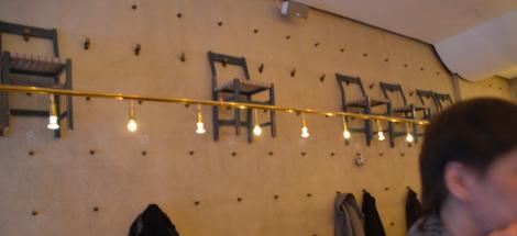 Inredningen är gjord av the Jonas Bohlin, varför allt är i brutalstil och stolar samt salt- och pepparkar hänger uppåt väggarna.