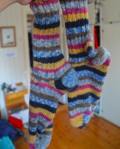 … hemstickade sockor …