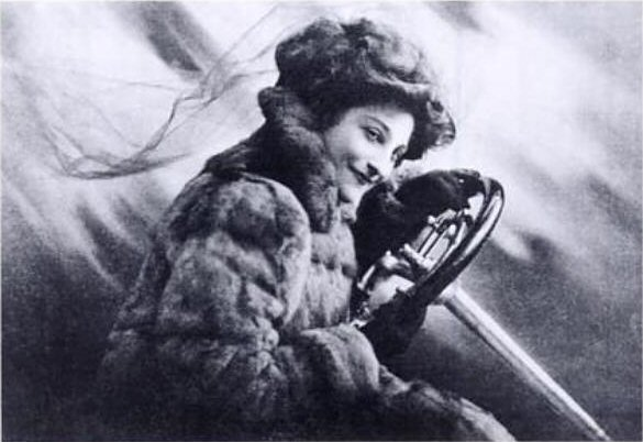 Dorothy_Levitt_Frontspiece_to_The_Woman_and_the_Car