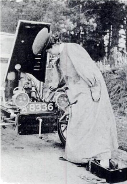 Dorothy_Levitt_demonstrates_how_to_prime_the_carburettor_by_Horace_Nichols,_The_Woman_and_The_Car,_1907