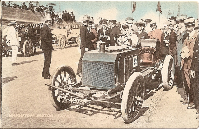 Dorothy_Levitt_driving_a_Napier_at_Brighton_July_1905