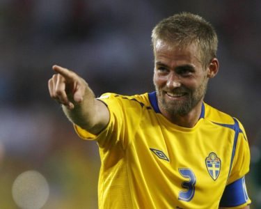 Sweden's Olof Mellberg points after the Group B World Cup 2006 soccer match against England in Cologne June 20, 2006. FIFA RESTRICTION - NO MOBILE USE REUTERS/Dylan Martinez (GERMANY)